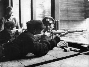 Wehrertüchtigungslager - Auftrag des Führers an die Hitler Jugend. Dem Schießunterricht wird in den WE.-Lagern ganz besondere Aufmerksamkeit gerichtet. Auch hier werden die Jungen von erfahrenen Frontkämpfern nicht nur in die hohe Kunst des Schießens eingeweiht, sondern sie lernen die Handhabe des Gewehrs von Grund auf.